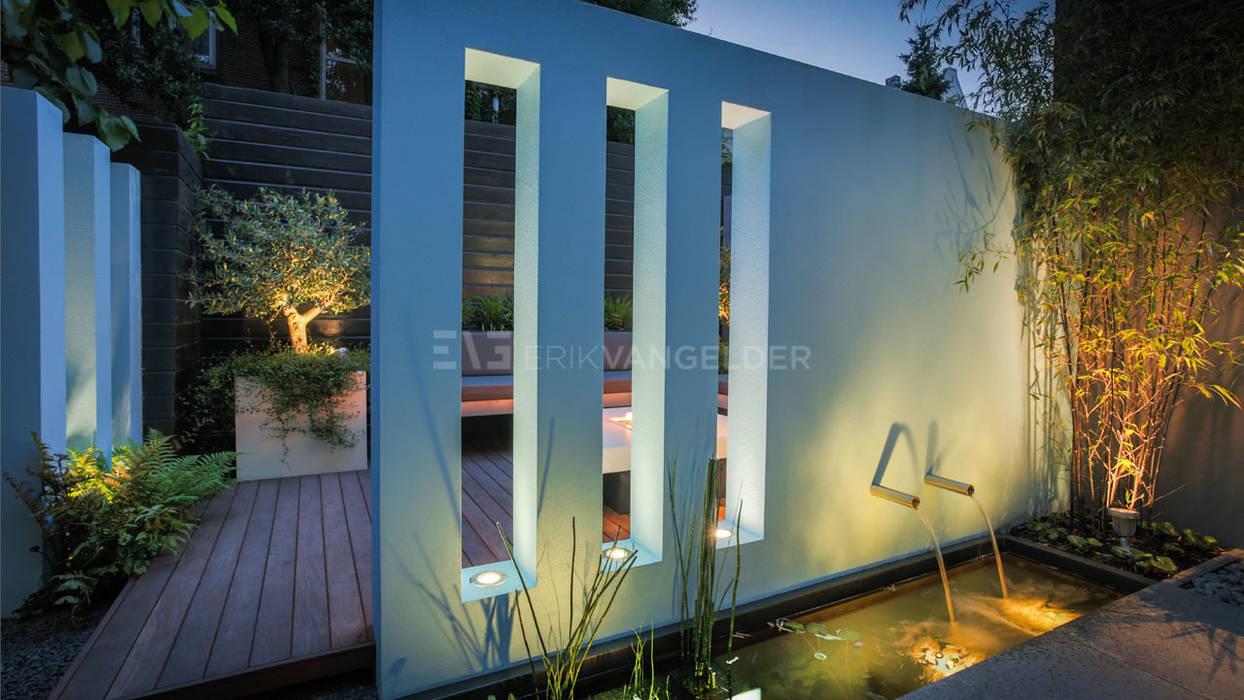 Blauwe muur in kleine tuin 30m2:  Tuin door ERIK VAN GELDER | Devoted to Garden Design