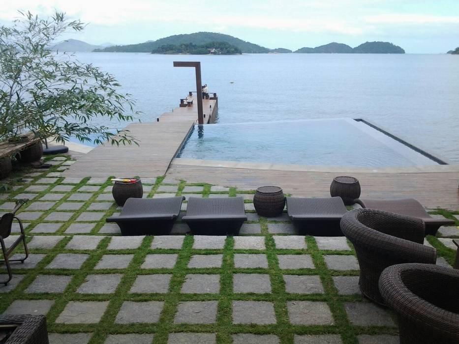 Piscina com borda infinita Piscinas modernas por CAMASA Marmores & Design Moderno