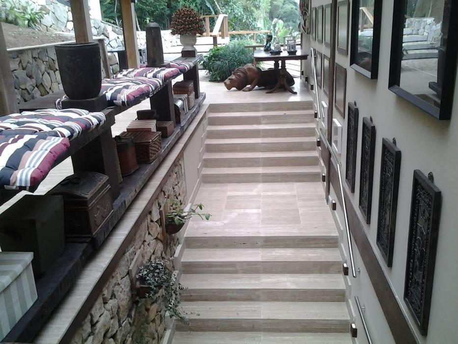 Koridor dan lorong oleh CAMASA Marmores & Design, Mediteran