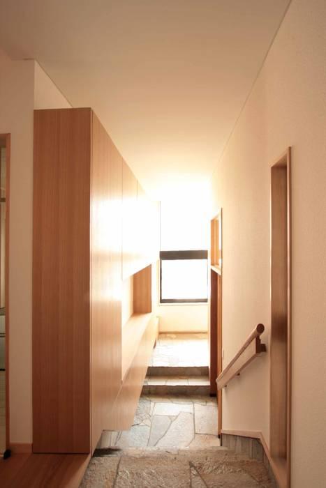 敷地の高低差を解消する玄関: 中川龍吾建築設計事務所が手掛けた廊下 & 玄関です。