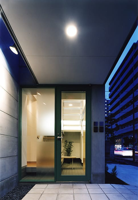 玄関アプローチ: 濱嵜良実+株式会社 浜﨑工務店一級建築士事務所が手掛けた家です。