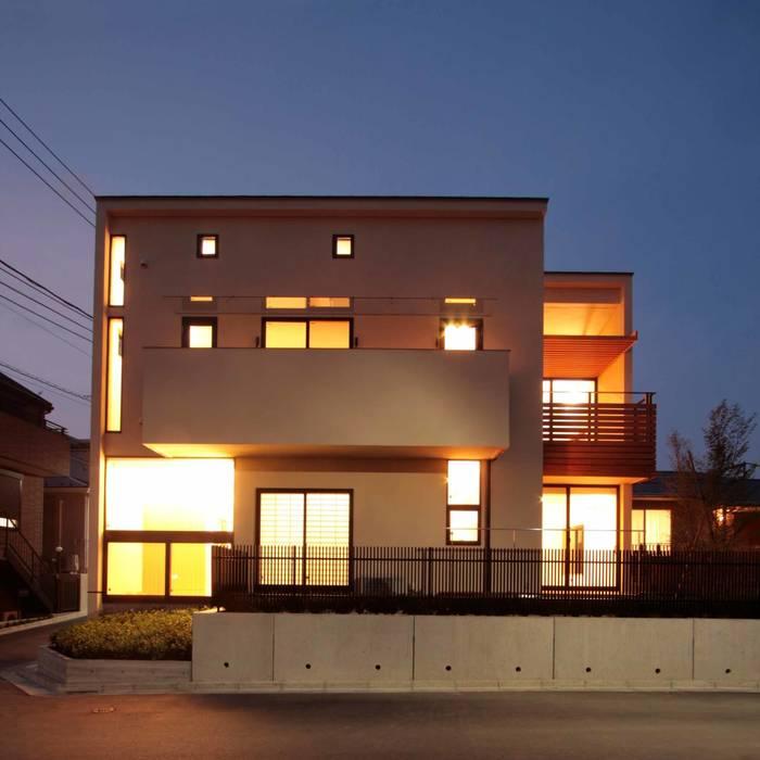 外観(正面の夕景): 中川龍吾建築設計事務所が手掛けた家です。