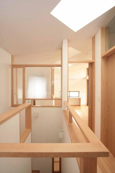 明るい階段室: 中川龍吾建築設計事務所が手掛けた廊下 & 玄関です。