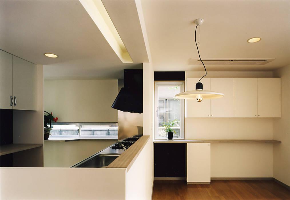 1Fキッチン/ダイニング: 濱嵜良実+株式会社 浜﨑工務店一級建築士事務所が手掛けたキッチンです。