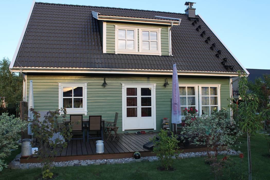 Casas de estilo  por Akost GmbH  'Ihr Traumhaus aus Norwegen', Escandinavo