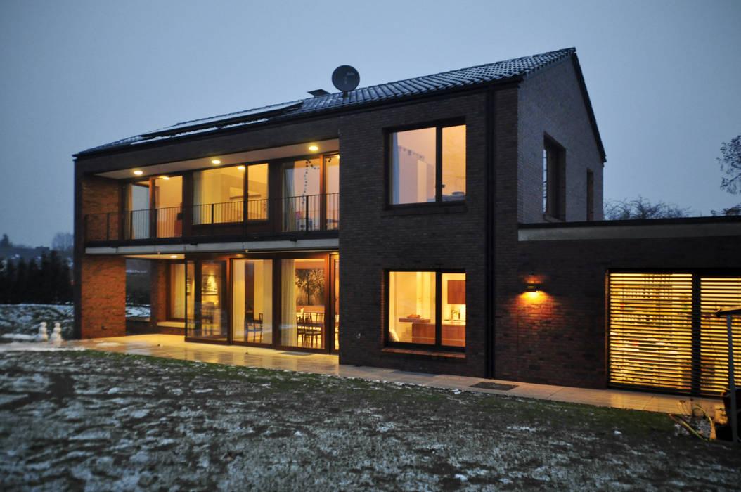 Südfassade am Abend Moderne Häuser von Lecke Architekten Modern