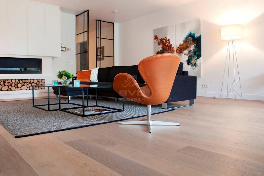 Eiken vloer in woonkamer:  Woonkamer door BVO Vloeren