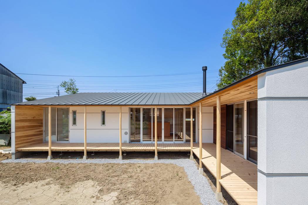 A House In The Fields 現代房屋設計點子、靈感 & 圖片 根據 株式会社 中山秀樹建築デザイン事務所 現代風