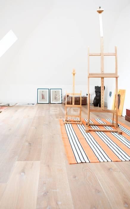 Houten vloer in atelier, werkruimte:  Muren door BVO Vloeren