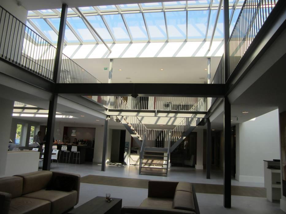 Houten zadeldak van Niek Roos:  Kantoorgebouwen door Niek Roos, Industrieel