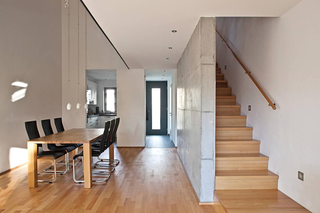 Treppe Im Wohnzimmer : helles wohnzimmer mit essbereich luftraum und treppe wohnzimmer von lecke architekten homify ~ Watch28wear.com Haus und Dekorationen