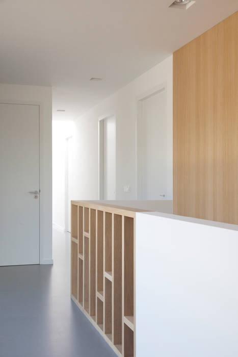 Moderne villa Moderne gangen, hallen & trappenhuizen van Archstudio Architecten | Villa's en interieur Modern