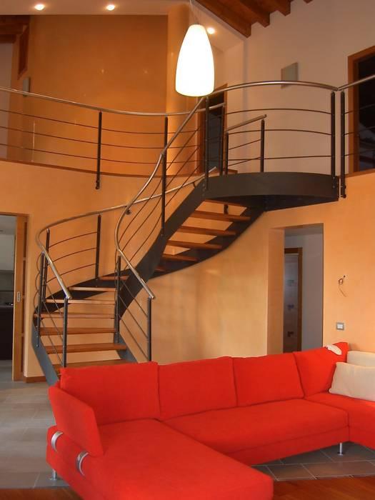 La scala che porta al primo piano soggiorno moderno di ...