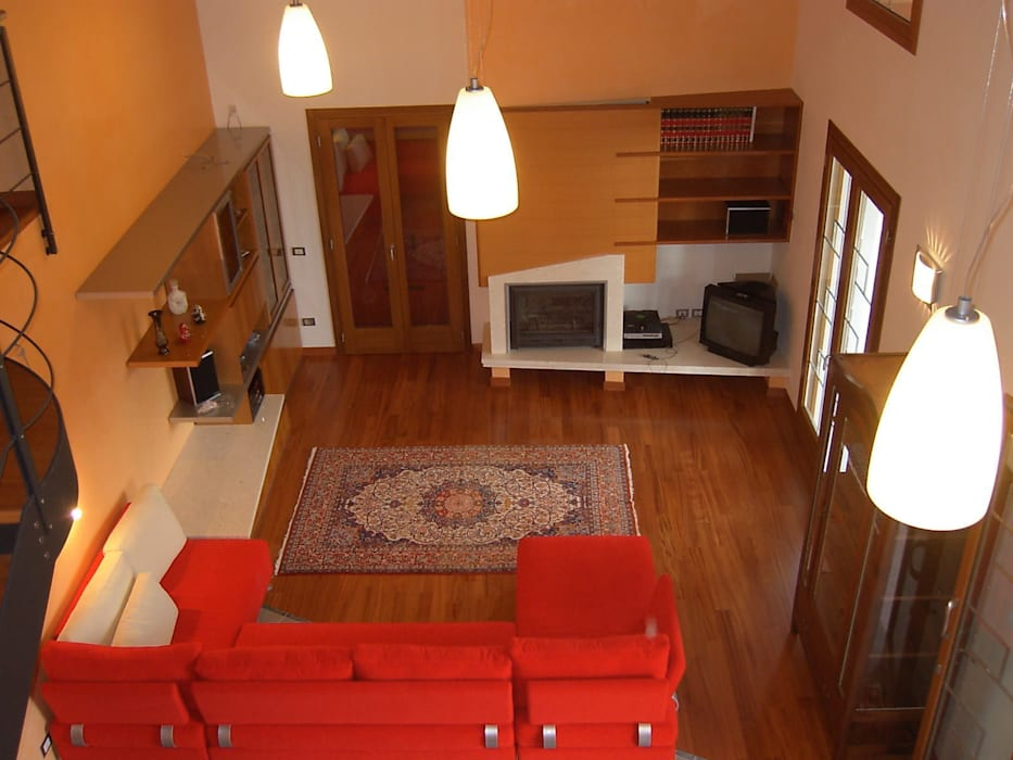 Vista del soggiorno a doppia altezza: soggiorno in stile di ...
