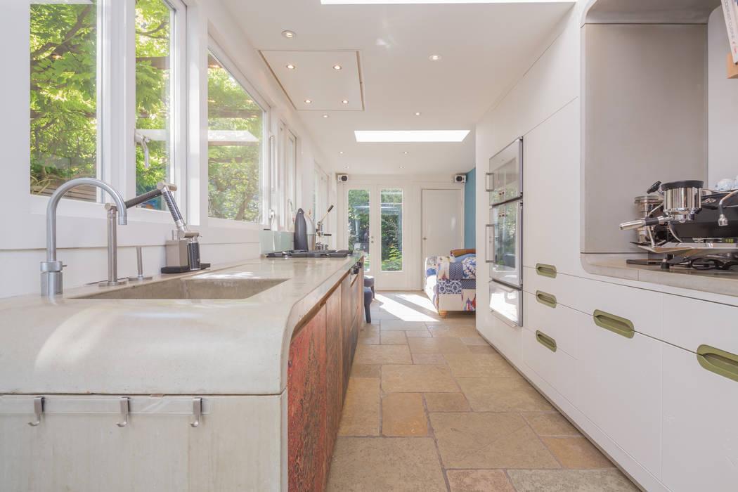 Design Cube Keuken : Het afgeronde betonnen aanrecht met houten frontjes met persische