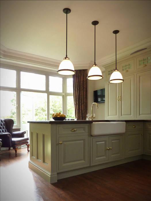 Kitchen renovation showing island, lights, cupboards and bay window Cuisine classique par The Victorian Emporium Classique