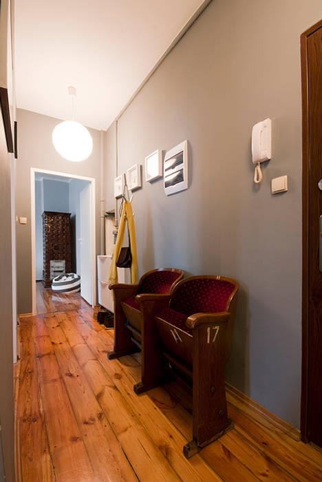 現代風玄關、走廊與階梯 根據 Za murami za dachami 現代風