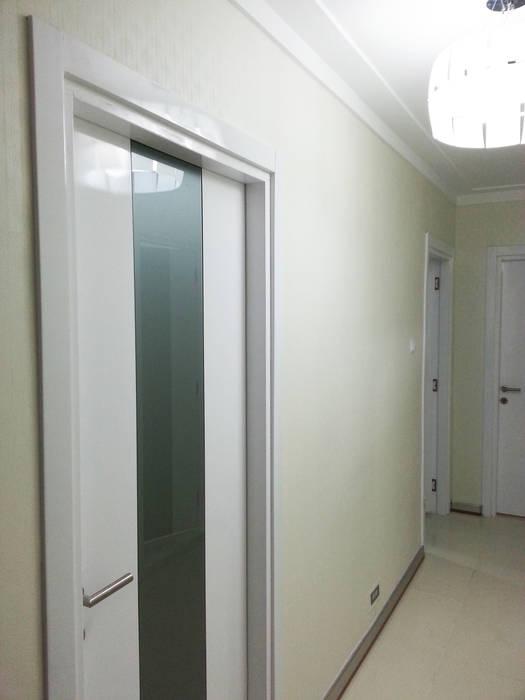 Emre Urasoğlu İç Mimarlık Tasarım Ltd.Şti. – Beyaz Ev - Mersin Çeşmeli Yazlık Projesi:  tarz Koridor ve Hol, Minimalist