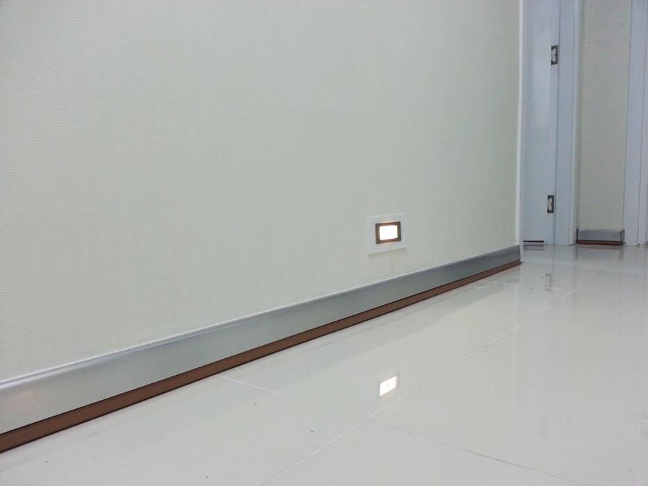 Emre Urasoğlu İç Mimarlık Tasarım Ltd.Şti. – Beyaz Ev - Mersin Çeşmeli Yazlık Projesi:  tarz Koridor ve Hol