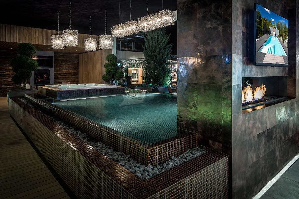 Overloop zwembad uitvoering glasmozaïek en Starlike bronsvoeg  (openhaard):  Badkamer door Keramix