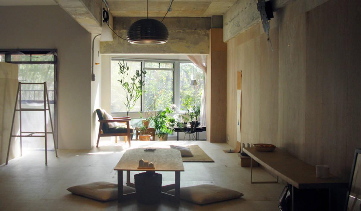 ห้องนั่งเล่น โดย HANKURA Design, ผสมผสาน