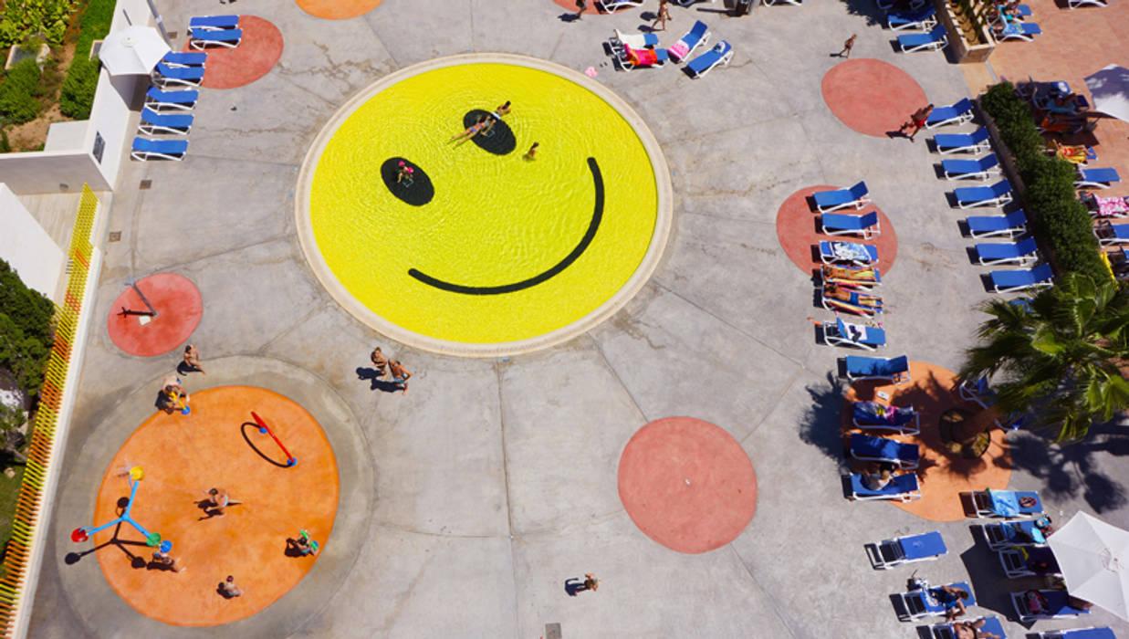"""Piscina """"Smile"""" de A2arquitectos A2arquitectos Piscinas de estilo moderno"""
