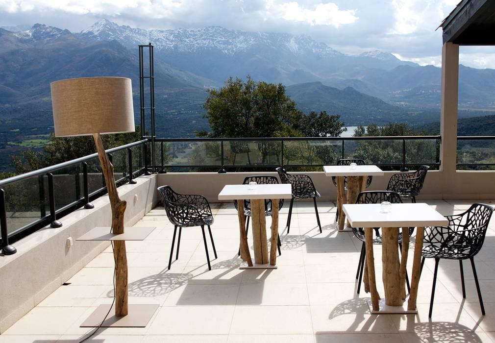 Terrasse Hotel en Corse Hôtels méditerranéens par CORO furniture Méditerranéen