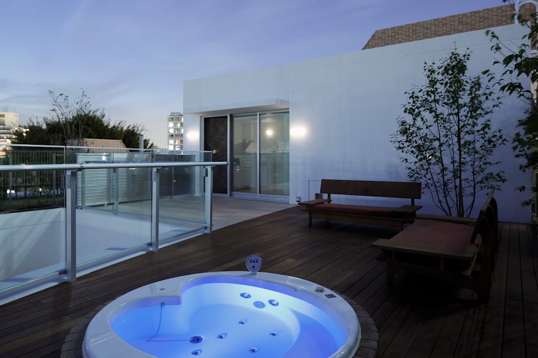 ROOF GARDEN & SPA | 数寄の家 | 高級邸宅 モダンデザインの テラス の homify モダン