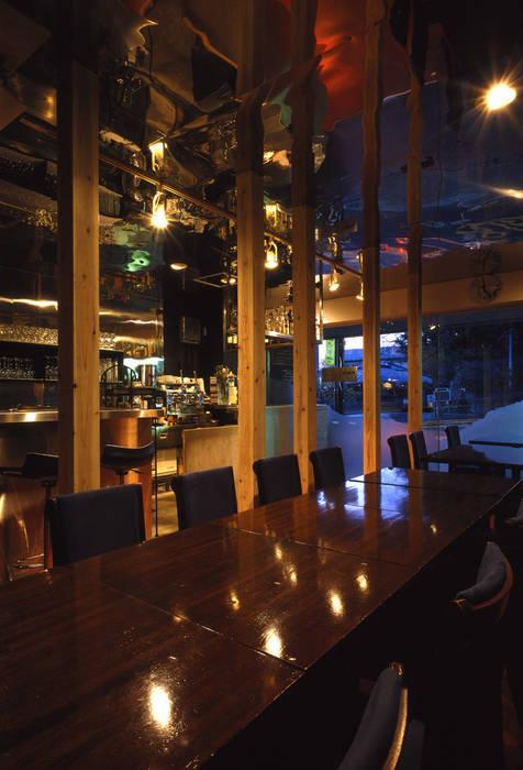 イタリアン・レストラン店舗ホール: 濱嵜良実+株式会社 浜﨑工務店一級建築士事務所が手掛けたレストランです。