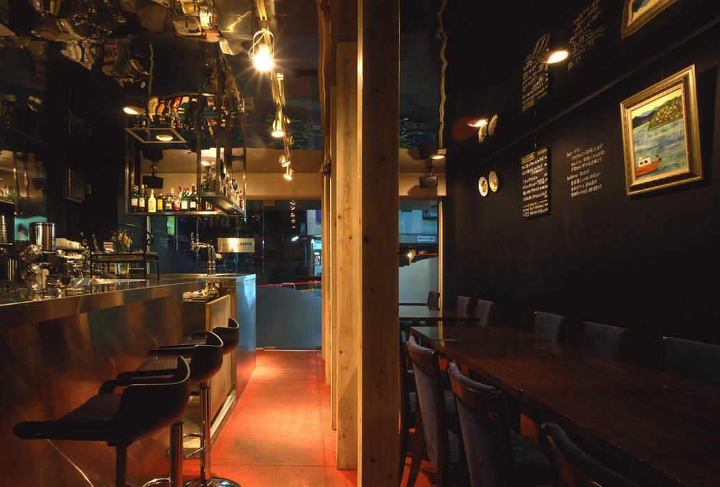 ホール内観: 濱嵜良実+株式会社 浜﨑工務店一級建築士事務所が手掛けたレストランです。