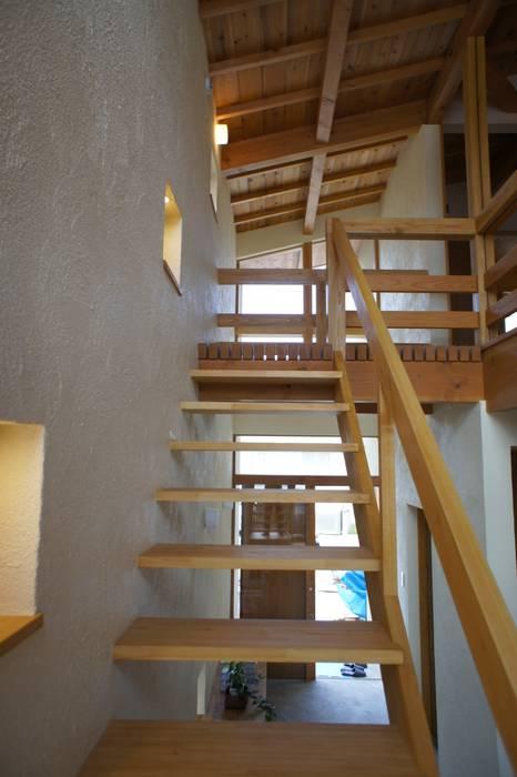 Couloir, entrée, escaliers originaux par 環境創作室杉 Éclectique
