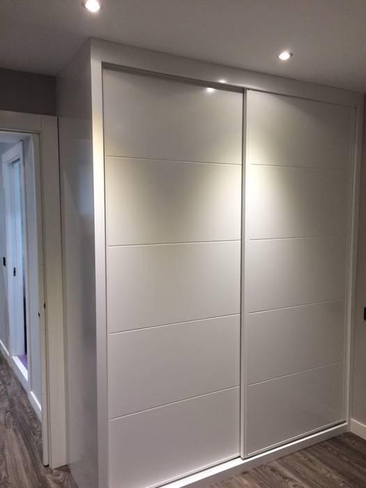 Armario empotrado con puertas correderas lacadas en blanco - Armarios lacados en blanco ...