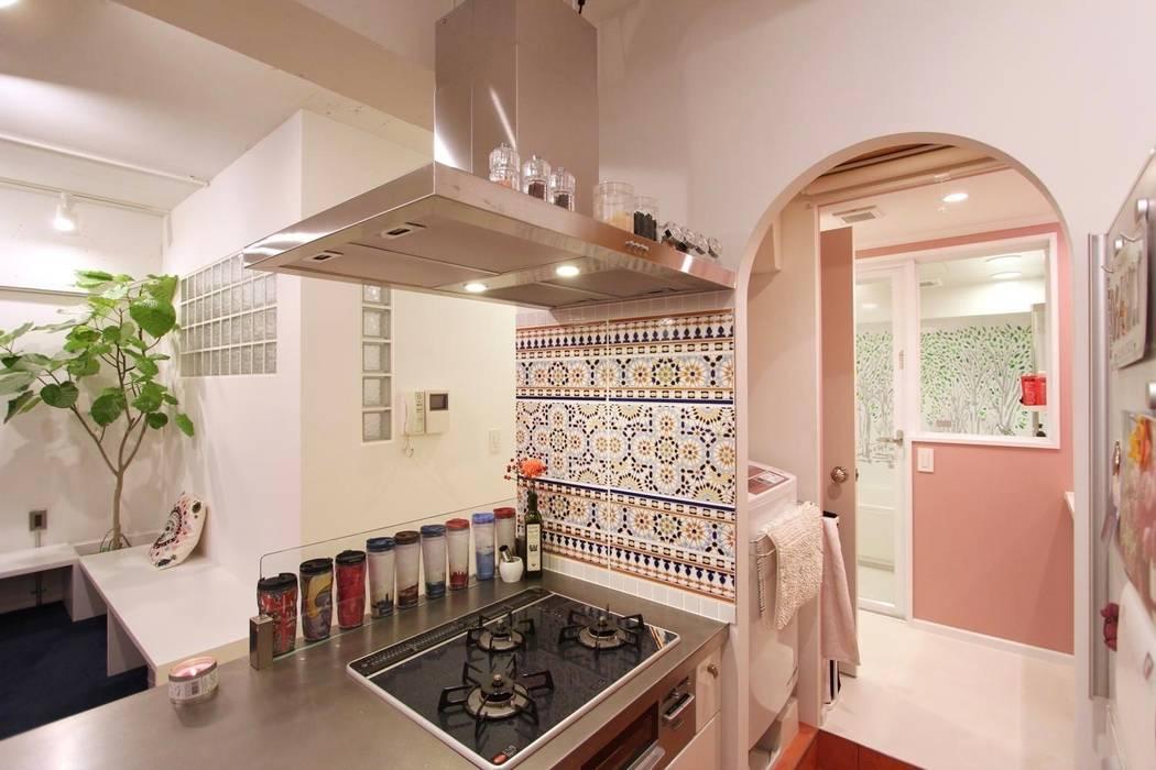 Mediterranean style kitchen by nuリノベーション Mediterranean