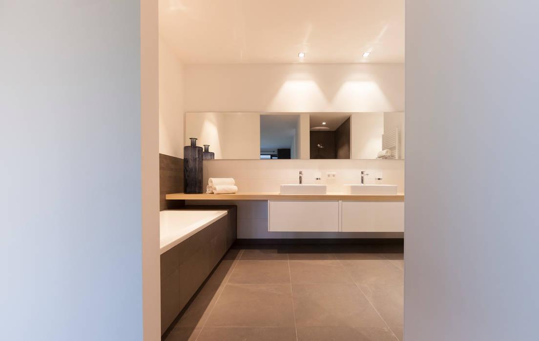 zwart - wit penthouse badkamer en suite:  Badkamer door Interieurvormgeving Inez Burvenich