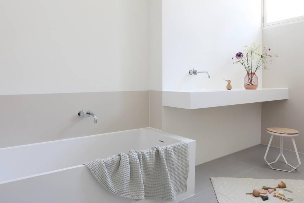 ห้องน้ำ โดย Not Only White B.V.,