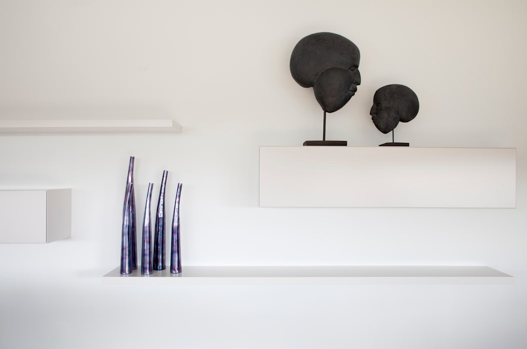zwart - wit penthouse woonkamer:  Woonkamer door Interieurvormgeving Inez Burvenich, Modern