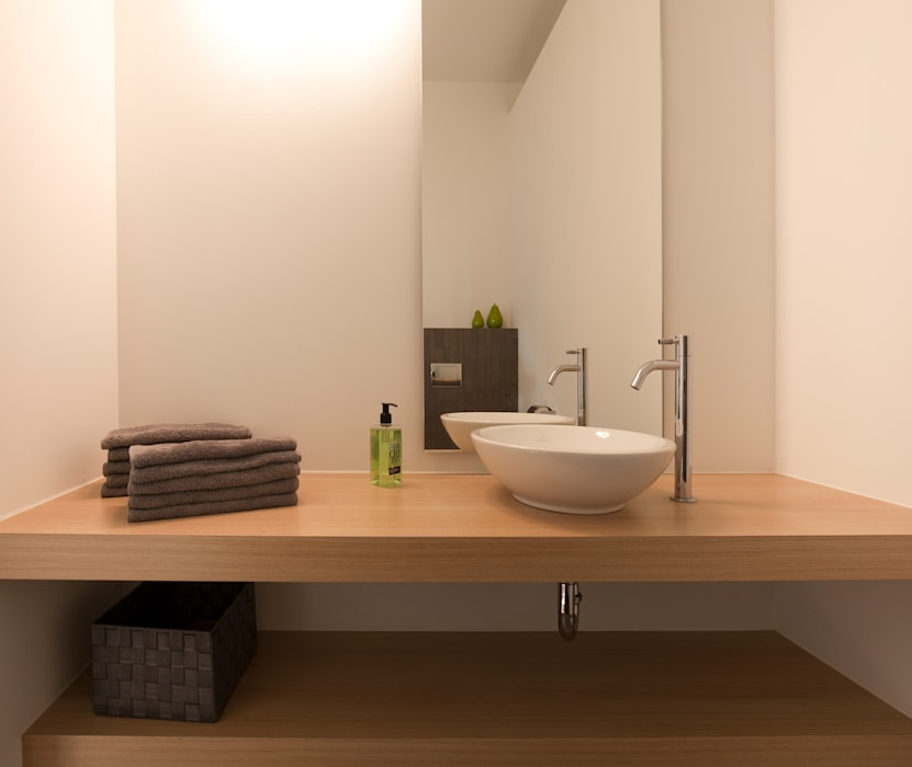zwart -wit penthouse badkamer:  Badkamer door Interieurvormgeving Inez Burvenich