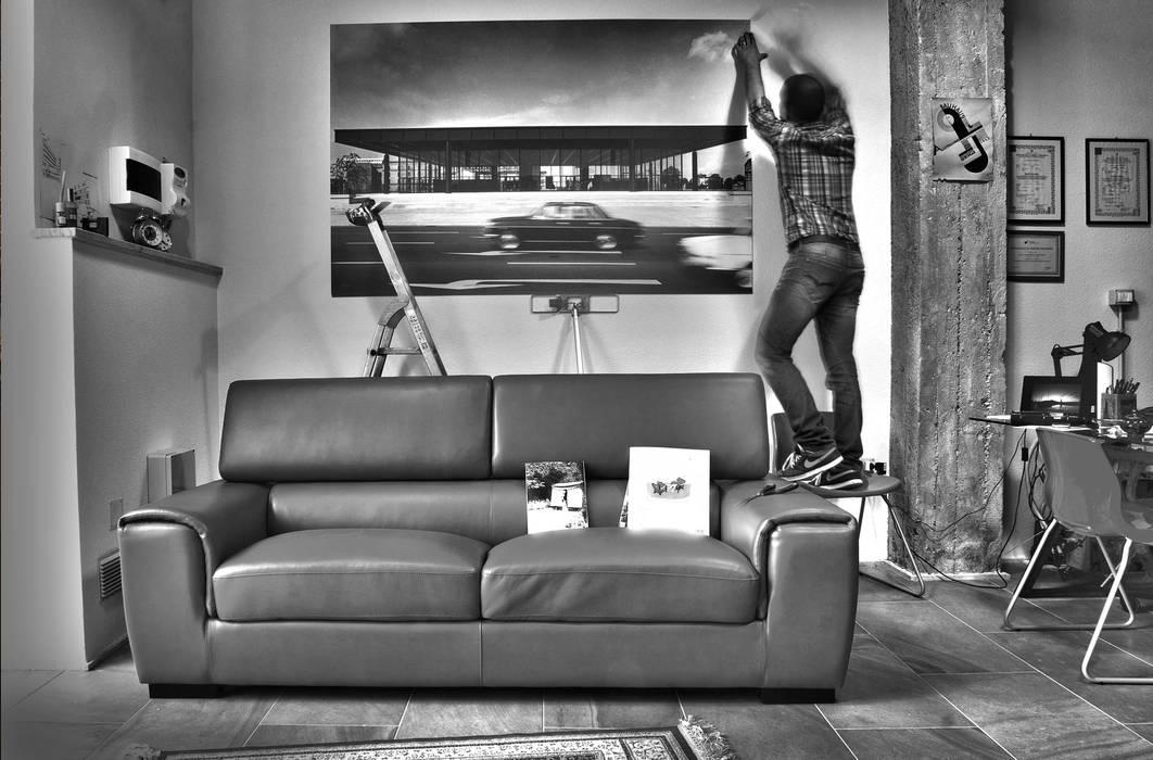Posa di una stampa ...dedicata al maestro!: Studio in stile in stile Industriale di Salvo Lombardo Architetto