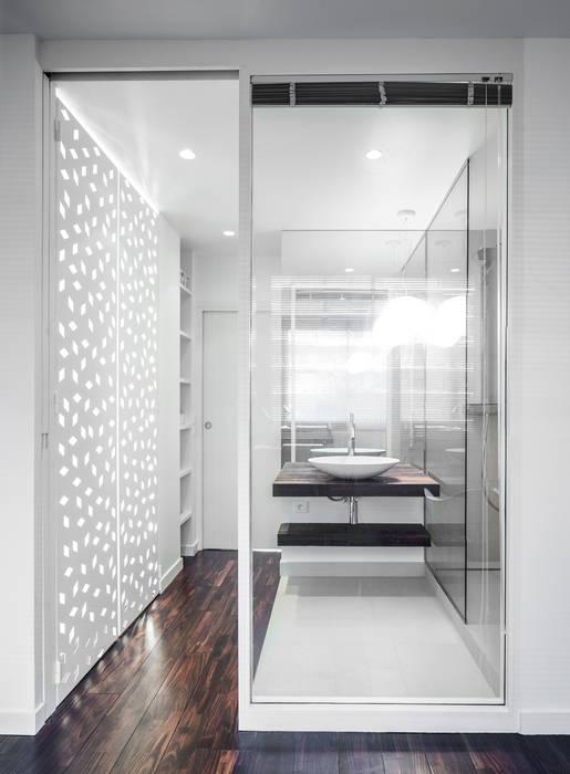 VUE SUR SEINE: Salle de bains de style  par AP ARCHITECTES