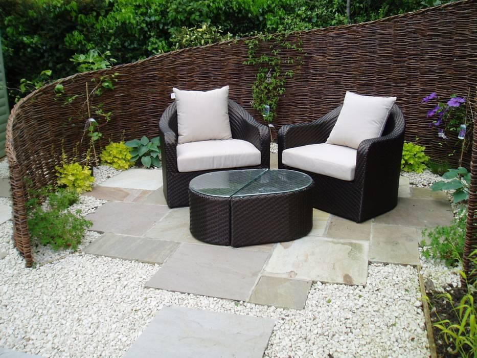 Low Maintenance Garden Jardin original par Cherry Mills Garden Design Éclectique