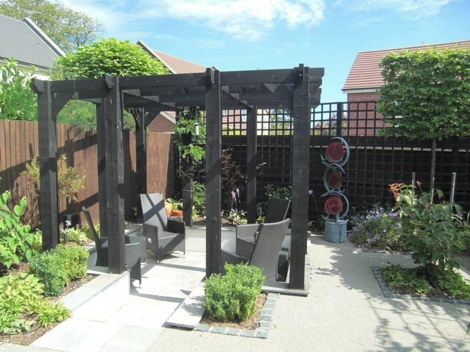 Small, contemporary garden Bracknell, Berkshire โดย homify โมเดิร์น