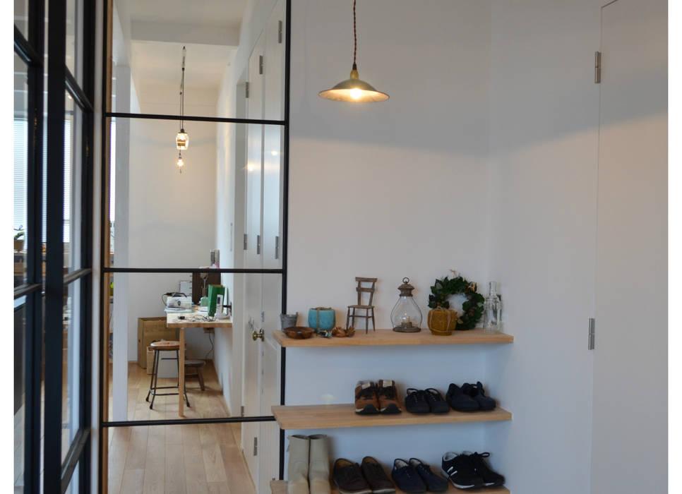 Couloir, entrée, escaliers originaux par tsuboi design workshop Éclectique
