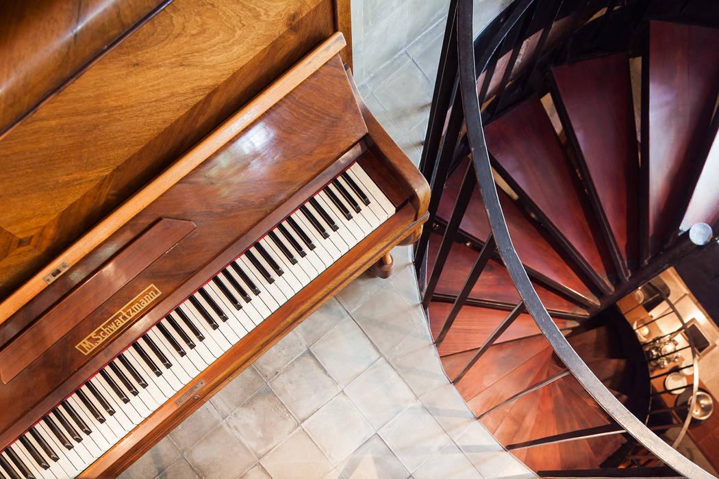 Escada para o subsolo: Espaços gastronômicos  por MM18 Arquitetura