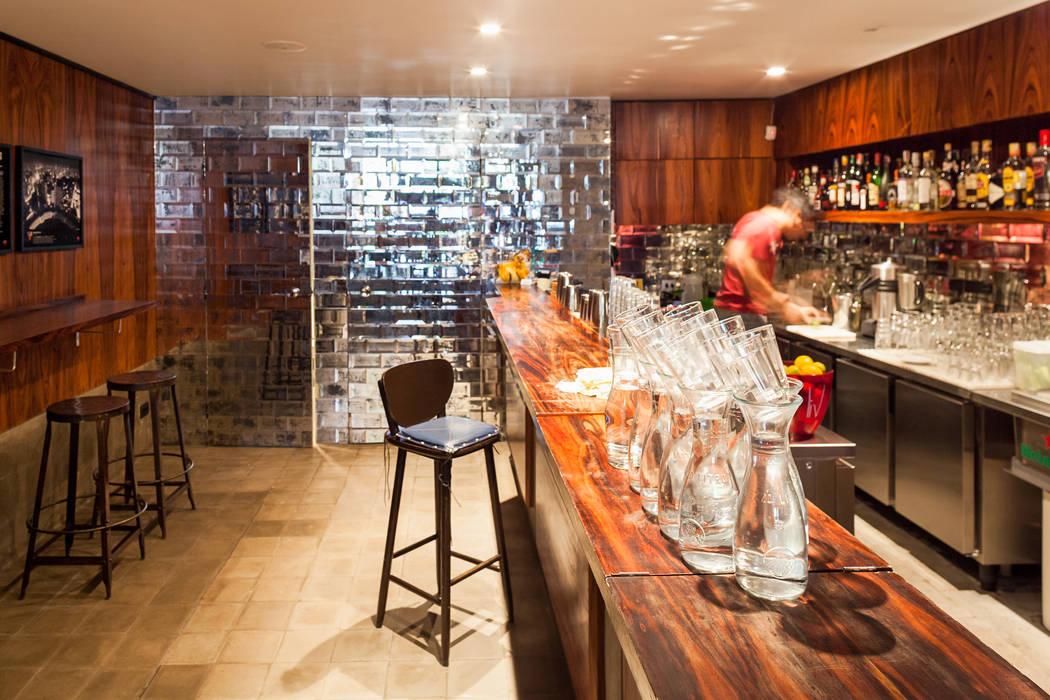 Bar e Sanitários: Espaços gastronômicos  por MM18 Arquitetura
