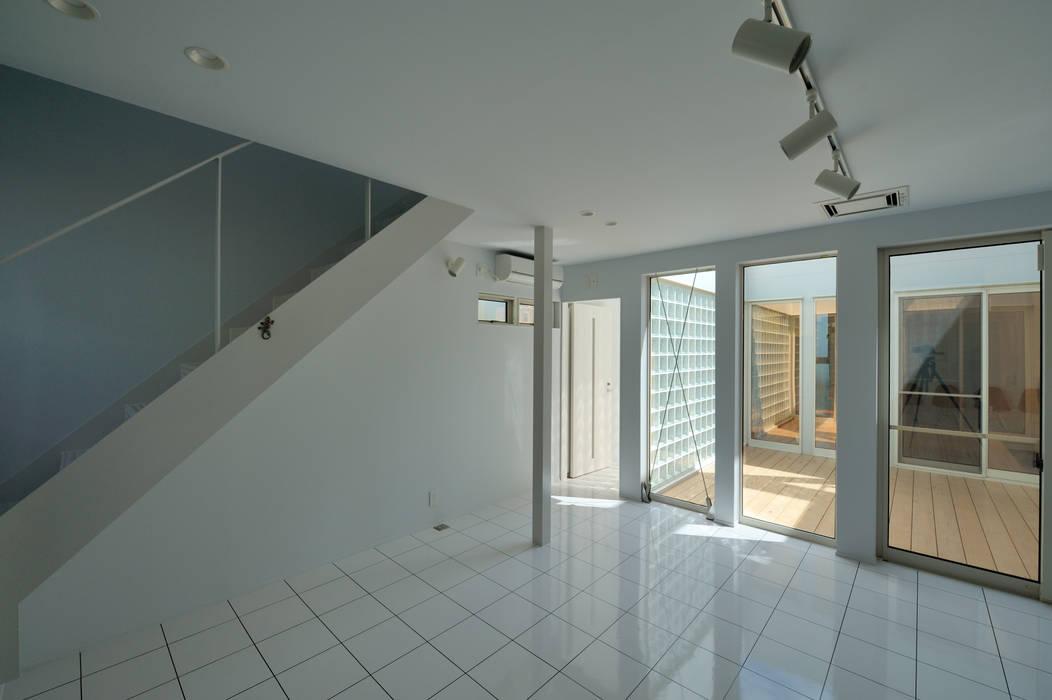 Modern Living Room by 加藤一成建築設計事務所 Modern
