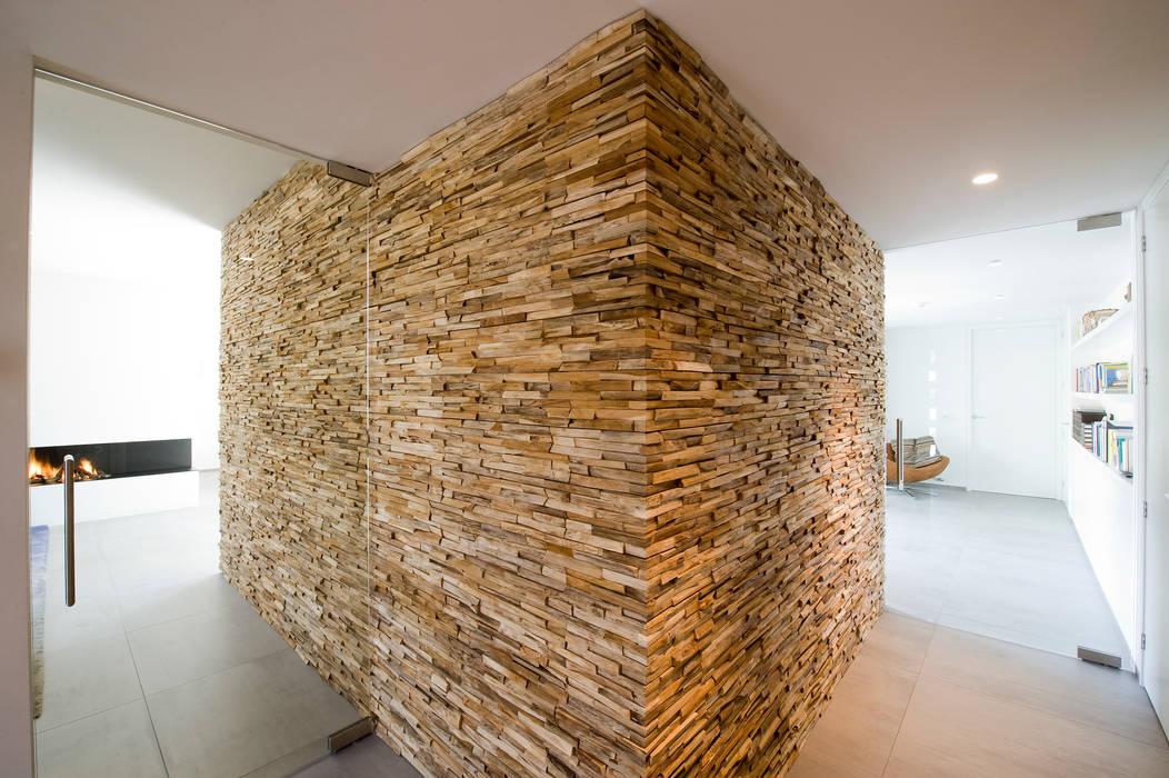 Residential Villa:  Gang en hal door Wonderwall Studios, Modern