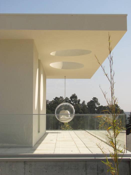 Casa Cláudia Varandas, marquises e terraços minimalistas por homify Minimalista