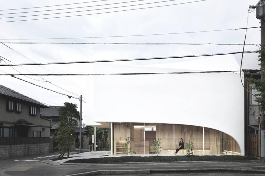 正面を見る: 平沼孝啓建築研究所 (Kohki Hiranuma Architect & Associates)が手掛けた医療機関です。
