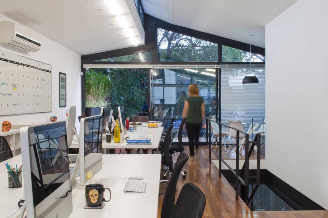 Produtora Zola: Lojas e imóveis comerciais  por MM18 Arquitetura,