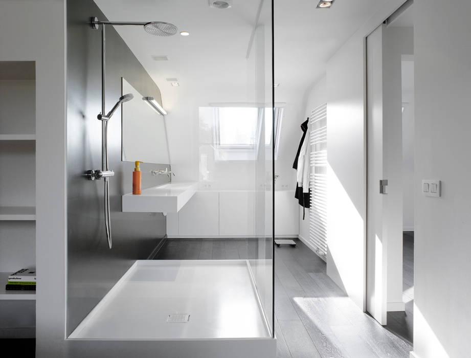 Minimalist style bathroom by ligne V Minimalist